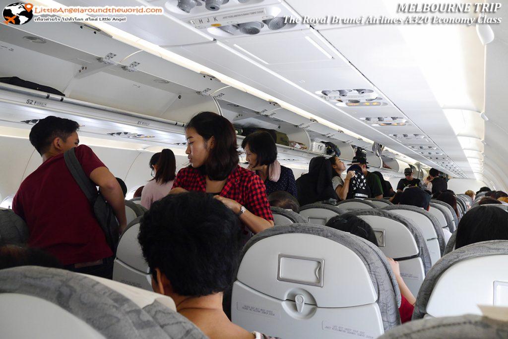 ผู้โดยสารหลากหลายเชื้อชาติทะยอยเข้าที่นั่ง : รีวิวสายการบิน royal brunei ไป เมลเบิร์น